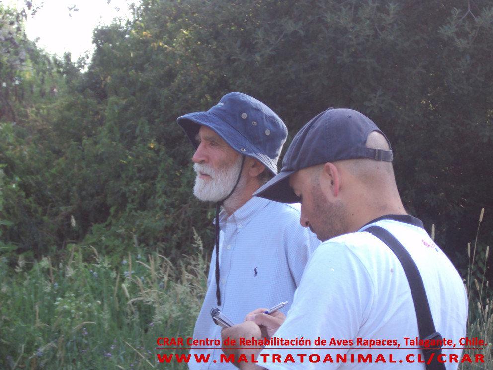 A la izquierda de la foto el Sr Jurgen Rottman, Médico Veterinario a cargo del CRAR. Le explica a Alexis Castillo, de EDRA, sobre el funcionamiento del Centro de Rescate de Aves Rapaces.