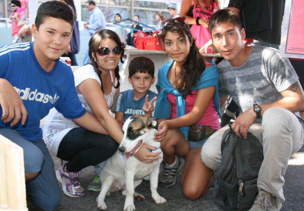 Jason, Natalia, Kevin, su perrita adoptada y sus padrinos